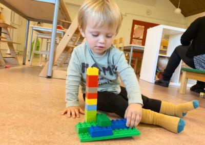Gustav leker på förskolan