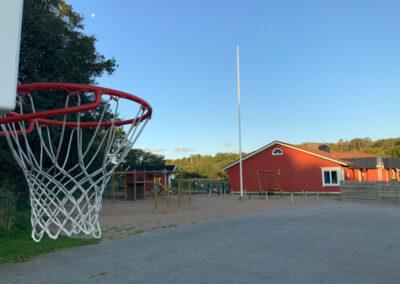 Skolgården en tidig morgon