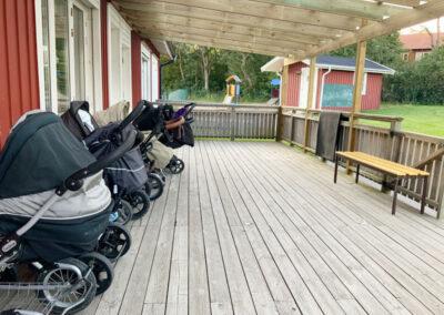 Barnvagnarna står under tak